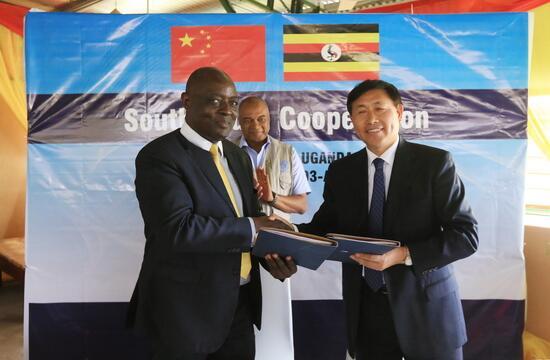 毕美家率团访问乌干达
